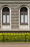 Een deel van huis met twee gelijkaardige vensters Stock Fotografie