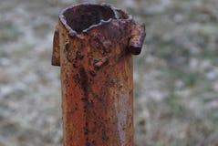 Een deel van een lange roestige bruine pijp op een straatpijler royalty-vrije stock foto