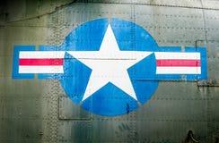 Militair vliegtuig met ster en streepteken. Stock Foto