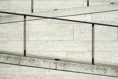 Een deel van een moderne voorgevel van travertijn met trap en elegant traliewerk en vloerlichten Stock Foto