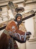 Standbeeld van het dragende kruis van Jesus Stock Foto's