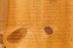 Een deel van niet gekleurde ruwe houten omheining met knopen van verschillende vormen geweven Royalty-vrije Stock Fotografie