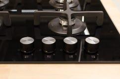 Een deel van nieuw zwart fornuis met kobs Stock Foto's
