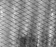 Een deel van een omheining van het metaalnet stock fotografie