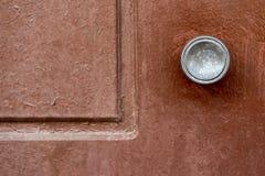 Een deel van een oude deur met het handvat stock afbeeldingen
