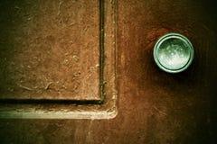 Een deel van een oude deur met het handvat stock foto