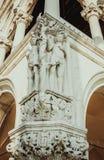 Een deel van oude oude muur met monumenten Stock Fotografie
