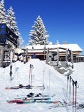 Een deel van restaurant en skis op helling in Les Stock Foto