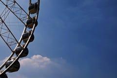 Een deel van Reuzenrad tegen blauwe hemel Stock Foto