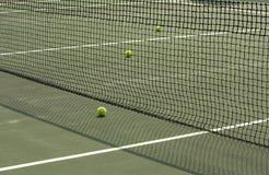 Een deel van tennisbaan met netto en ballen royalty-vrije stock afbeeldingen