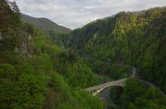 Een deel van Transfagarasan-Weg in Arges-riviercanion, met Poen royalty-vrije stock foto