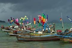 Een deel van een vloot van kleurrijke moslim vissersboten stock afbeelding
