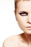 Een deel van vrouwelijk gezicht met donkere natte maniersamenstelling Stock Foto