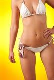 Een deel van vrouwelijk lichaam met bikini en zonnebril stock fotografie