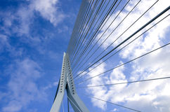 Een deel van wegbrug op een achtergrond van blauwe hemel en witte wolken Royalty-vrije Stock Afbeeldingen