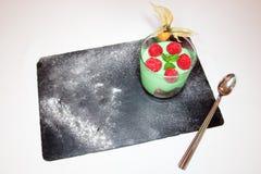 een dessert diende op een lei in een high-end gastronomisch restaurant stock foto