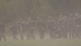 Een detachement van Duitse militairen van Wereldoorlog II beweegt zich in de streek van militaire operaties Historische wederopbo stock video