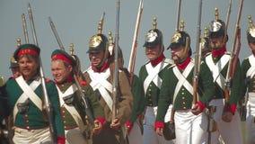 Een detachement van mensen kleedde zich in de het weer invoerenkostuums van de militairen stock videobeelden