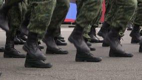 Een detachement van militairen die ter plekke marcheren stock video