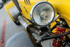 Een detail van een lichte sportcarâ's koplamp stock foto