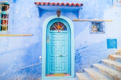 Een deur chefchaouen binnen de blauwe stad in Marokko Stock Afbeeldingen