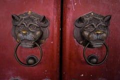 Een deur van oude Chinese tempel stock afbeelding