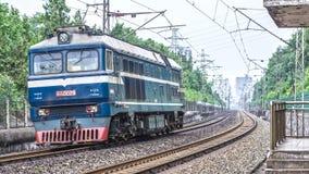 Een DF8 dieselmotor die op Jingguang-spoorlijn lopen Royalty-vrije Stock Afbeelding