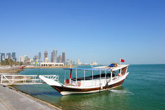 Een dhow wacht op klanten in Doha Qatar royalty-vrije stock afbeelding