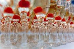 Een dia van champagne met droog ijs en rook bij de plechtige gebeurtenis Piramide van glazen met alcohol en kersen Royalty-vrije Stock Foto