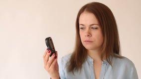 Een diabetesmeisje houdt een bloedglucosemeter met een hoog niveau van de bloedsuiker stock footage