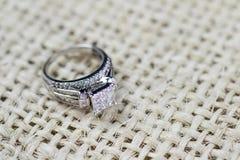 Een diamantverlovingsring in een doos met glint/bezinning Flikkerende prinses-besnoeiing diamanten stock foto