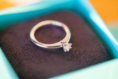 Een diamantverlovingsring in een doos Stock Foto's