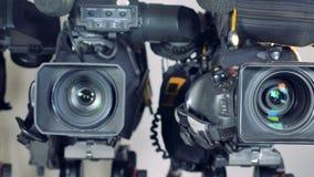 Een dicht bewegend schot op grote videocamera's stock footage