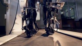 Een dicht vooraanzicht over een versleten exoskeleton post in gebruik stock video