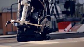 Een dicht zijaanzicht over voeten tijdens een exoskeleton opleiding stock footage