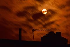 Een dichtbijgelegen volle maan steekt omhoog de hemel aan Stock Fotografie