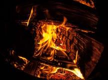 Een dichte mening van een brandende brand in de nacht stock fotografie