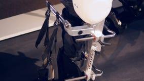 Een dichte mening van hierboven over voeten binnen exoskeleton stock footage