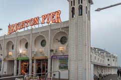 Een dichte omhooggaande mening van Brighton Pier vlak vóór zonsondergang, Sussex, het Verenigd Koninkrijk stock afbeelding