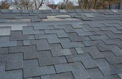Een dichte omhooggaande mening van dakspanen een dakschade Dakdakspanen - Dakwerk Stock Foto
