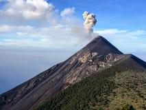 Een dichte omhooggaande mening van de vulkaan van onderstelfuego in de loop van de dag buiten Antigua, Guatemala De rook en de as royalty-vrije stock foto
