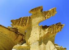 Een dichte omhooggaande mening van kalksteenklippen tegen blauwe hemel royalty-vrije stock foto's