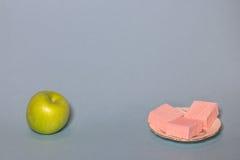 Een dieet: de appel of de snoepjes? Stock Fotografie