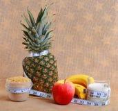 Een dieetconcept met metrisch lint royalty-vrije stock afbeeldingen