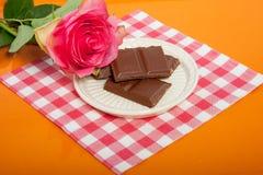 Een dienblad met chocolade en roze nam toe Royalty-vrije Stock Foto