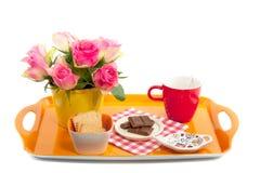 Een dienblad met roze rozen en snoepjes Royalty-vrije Stock Foto