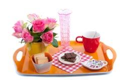 Een dienblad met roze rozen en snoepjes Royalty-vrije Stock Foto's