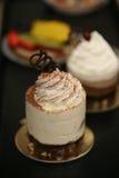 Een dienblad van cupcakes en fruitgebakje Royalty-vrije Stock Fotografie