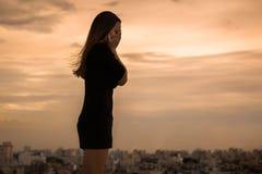 Een diepbedroefde vrouw die alleen in de stad schreeuwen royalty-vrije stock fotografie