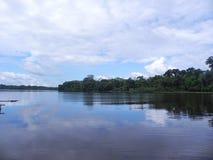 Een diepe bluhemel over een meer van Amazonië stock afbeeldingen